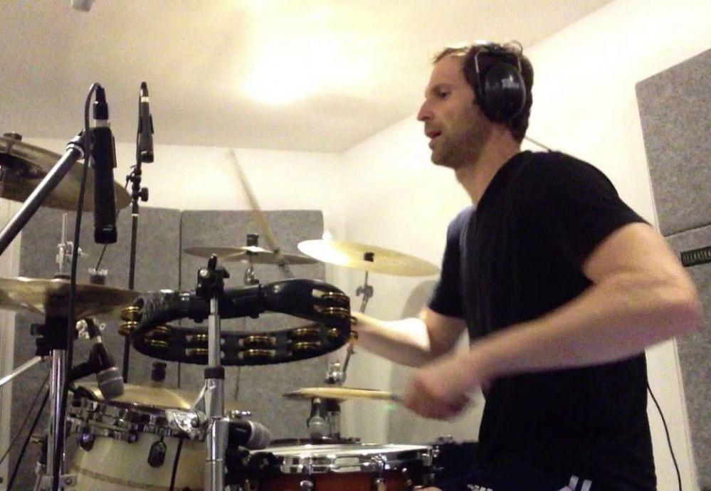 Петър свири на барабани